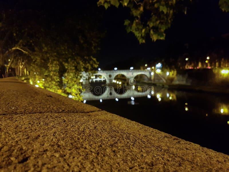 Bro över den Tiber floden i Rome, Italien arkivbild