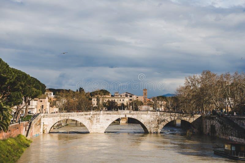 bro över den tiber floden på molnig dag, Rome, Italien arkivbilder