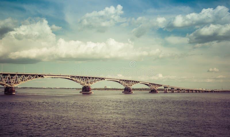 Bro över det flodVolga landskapet arkivfoton