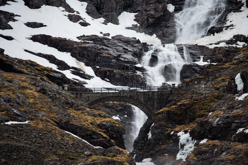 Bro över en vattenfall i Norge arkivfoton
