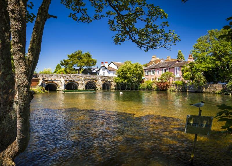 Bro över floden Avon Christchurch Dorset England royaltyfria bilder