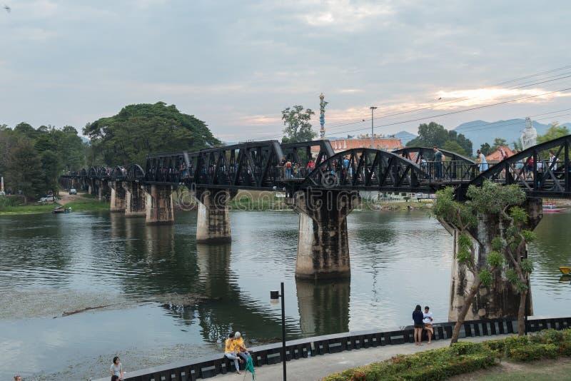 Bro över floden Kwai, en berömd gränsmärke på den beryktade Thailand-Burma dödjärnvägen royaltyfri bild