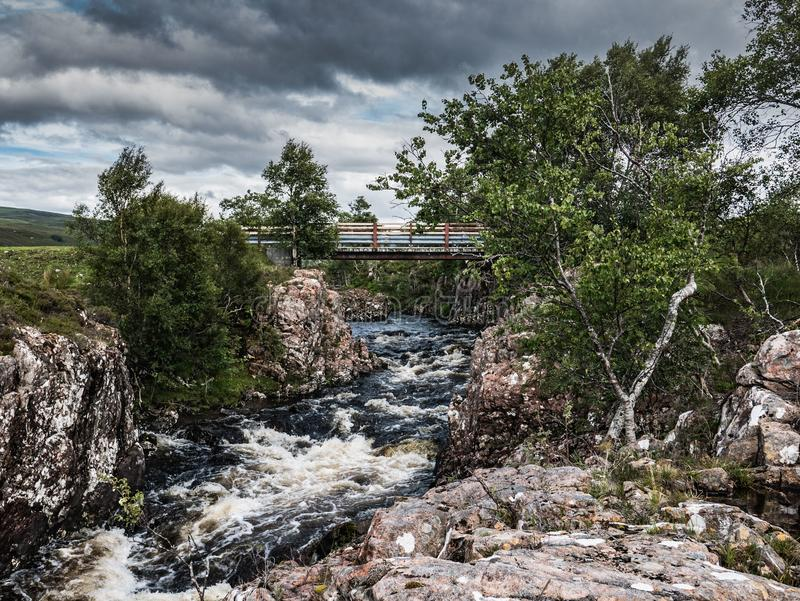 Bro över floden Ullapool, skotsk Skotska högländerna arkivbilder