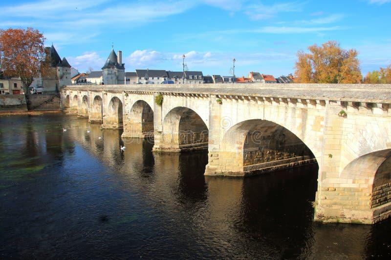 Bro över floden Vienne på Chatellerault i Loiret Valley arkivfoton