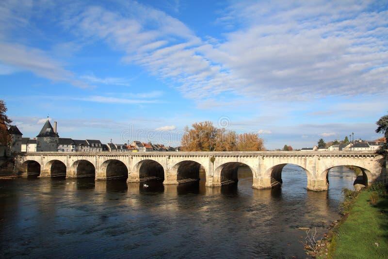Bro över floden Vienne på Chatellerault i Loiret Valley arkivfoto