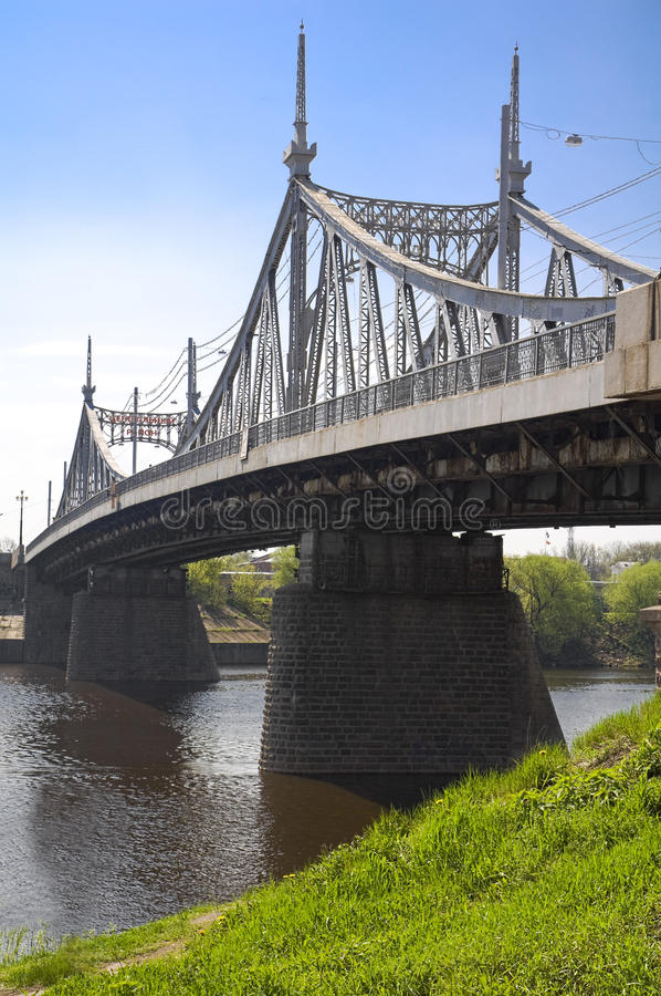 bro över floden volga royaltyfri bild