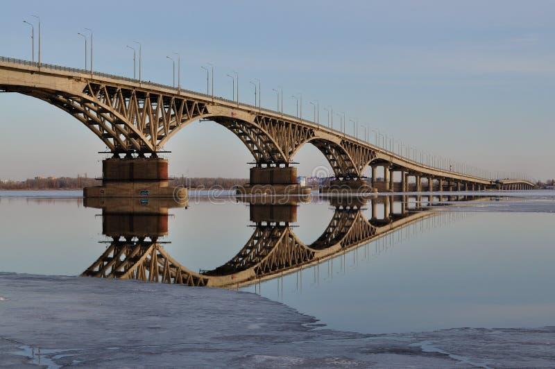 bro över floden volga arkivfoton