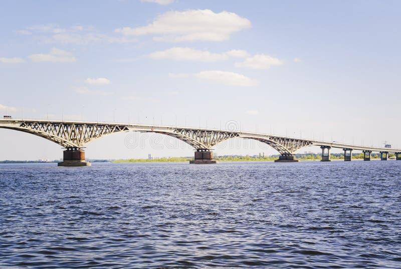 Bro över floden Volga, Ryssland royaltyfria bilder