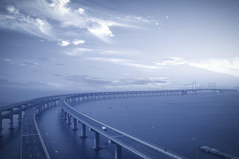 bro över havet arkivbild