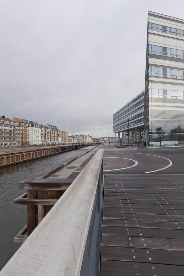 Bro över havskanalen på skymning och sikten av den industriella porten i Ã-… rhus royaltyfri fotografi
