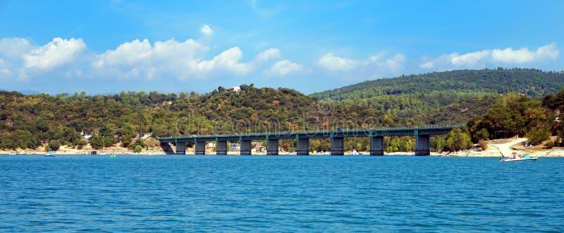 Bro över sjöSt Cassien i söderna av Frankrike med härlig blå himmel och vatten royaltyfria bilder