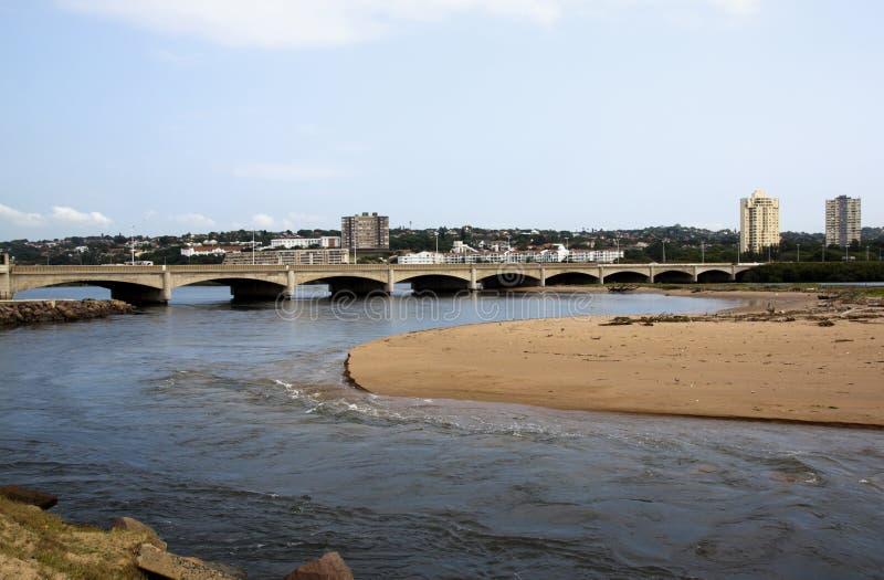 Bro över Umgeni flodmun i Durban, Sydafrika royaltyfri fotografi