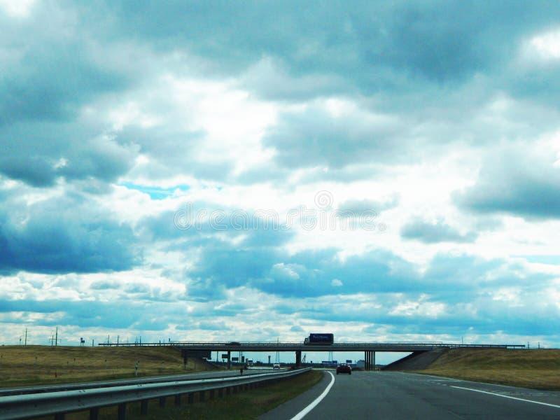 Bro över vägen och himlen royaltyfria bilder