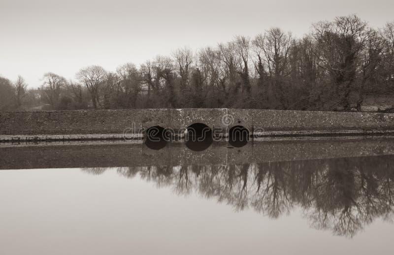 Bro över vatten på den Carew slotten fotografering för bildbyråer