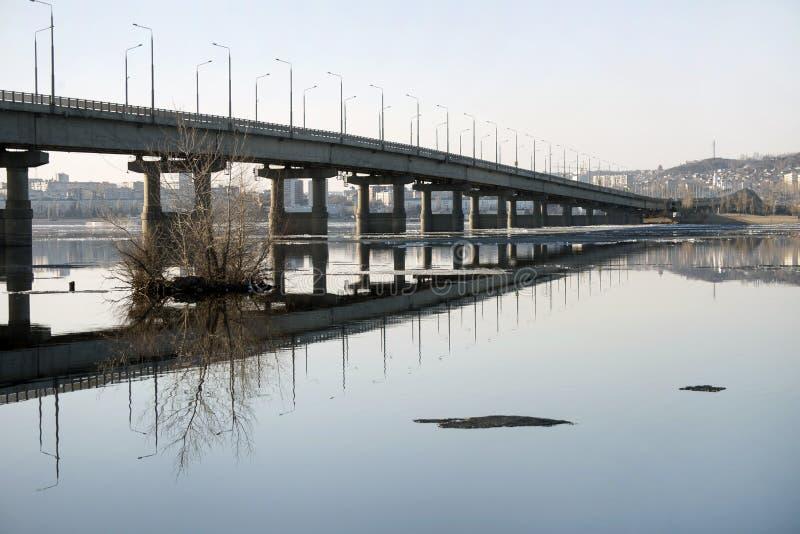 Bro över Volgaen arkivfoton