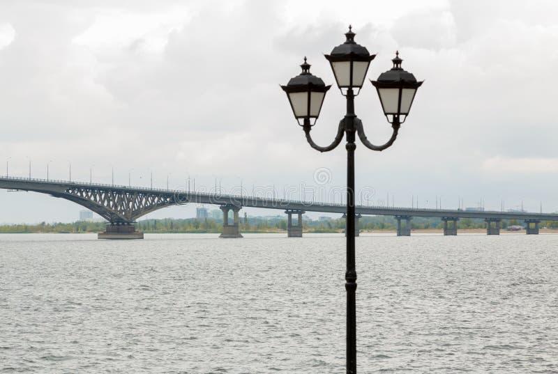 Bro över Volgaet River mellan städerna av Saratov och Engels arkivfoto
