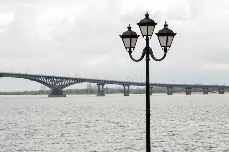 Bro över Volgaet River mellan städerna av Saratov och Engels royaltyfria foton