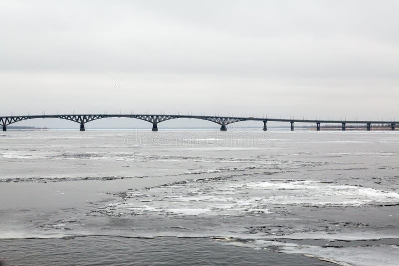 Bro över Volgaet River mellan städerna av Saratov och Engels Is på floden Ryssland arkivfoton
