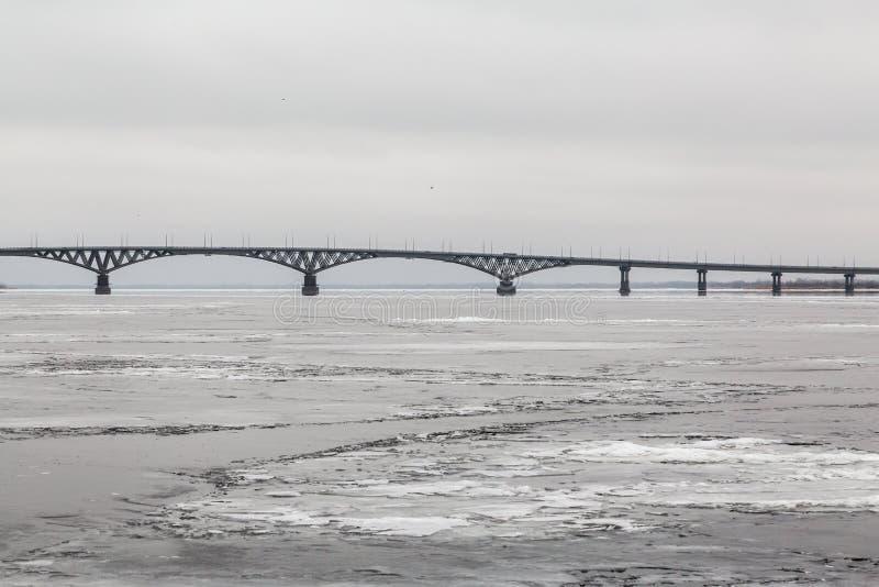 Bro över Volgaet River mellan städerna av Saratov och Engels Is på floden Ryssland royaltyfri bild