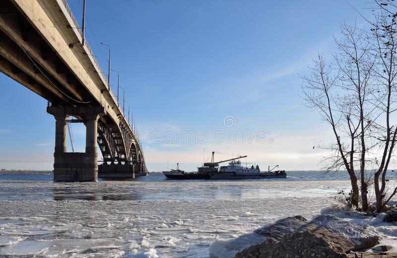 Bro över Volgaet River som täckas med is från Saratov till Engels arkivbild