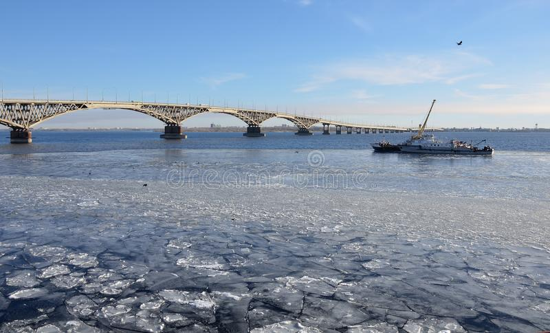 Bro över Volgaet River som täckas med is från Saratov till Engels fotografering för bildbyråer