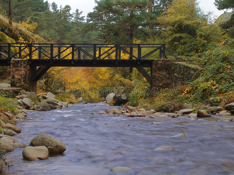 bro över wild vatten royaltyfria foton