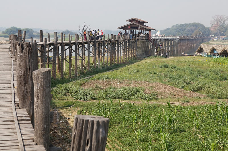 Bro Amarapura, Myanmar för U Bein royaltyfria bilder