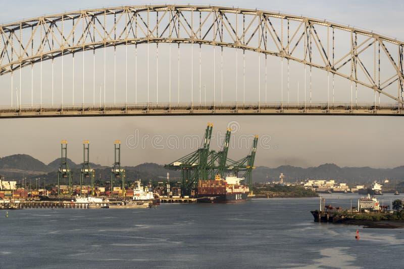 Bro av Americasna och behållareporten på inställningen till den Panama kanalen arkivbilder