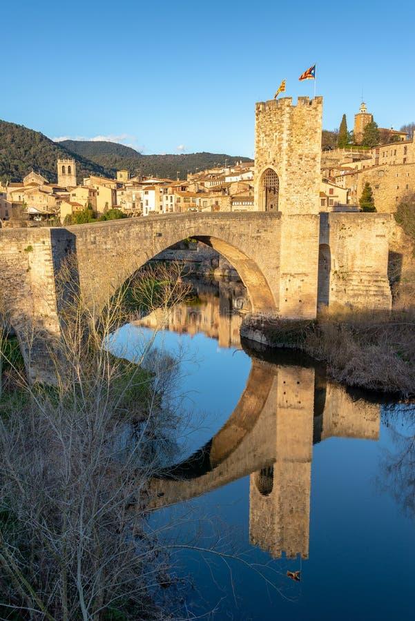 Bro av den Besalu reflexionen royaltyfri bild