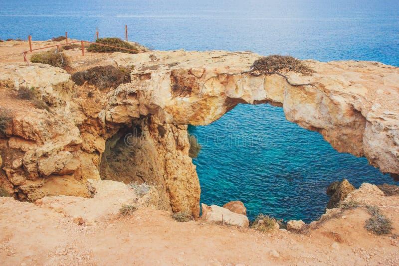 Bro av förälskelse i Ayia Napa, Cypern arkivfoto