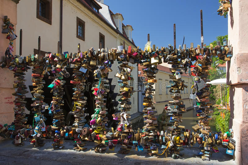 Bro av förälskelse i Prague arkivbild