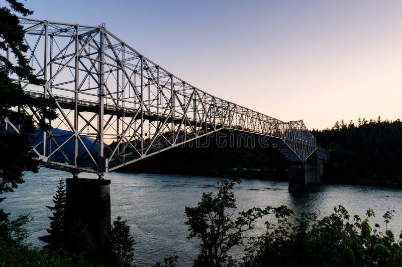 Bro av gudavgiftbron på solnedgången i Oregon arkivfoto