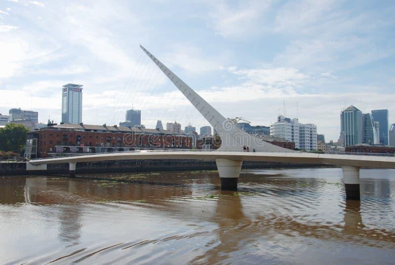 Bro av kvinnan i Puerto Madero Argentina royaltyfria bilder