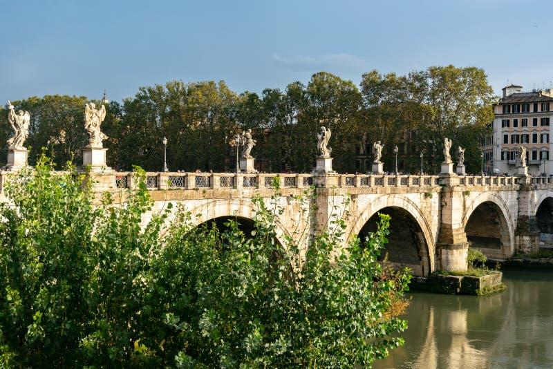 Bro av ?nglar Ponte Sant ?Angelo en ber?md romersk fot- bro i Adriano Park i Vatican City, Rome arkivbilder