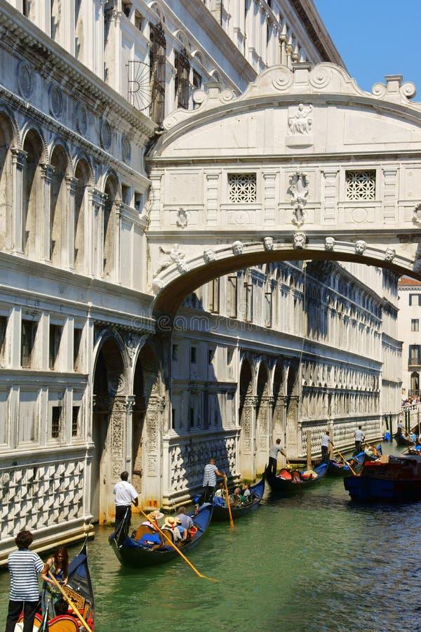 Bro av Sighs och gondoler i Venedig, Italien royaltyfria foton