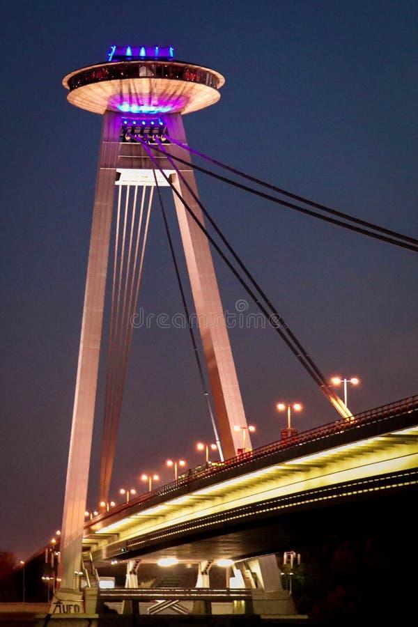 Bro av SNP i Bratislava under aftonen royaltyfri fotografi