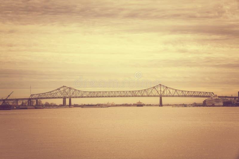 Bro av solnedgången på Mississippi River i New Orleans Louisiana royaltyfria foton