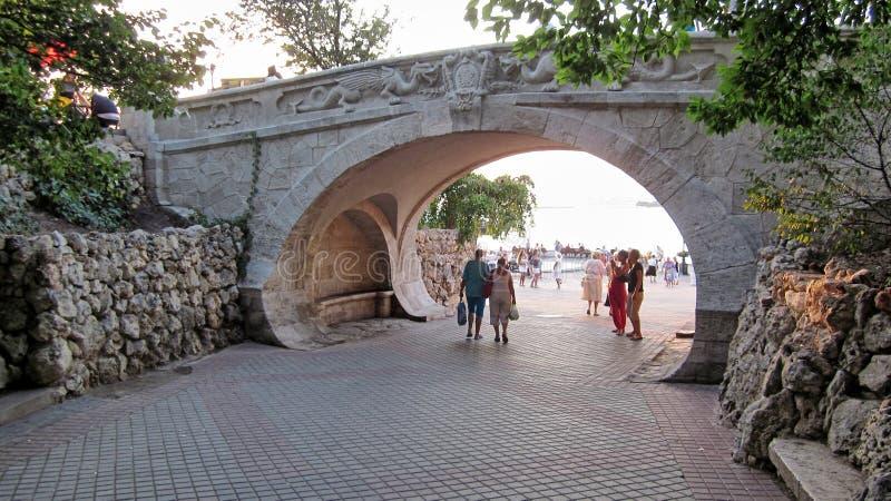 Bro av vänner på den centrala invallningen av Sevastopol i Krimet på kusterna av Blacket Sea royaltyfri foto