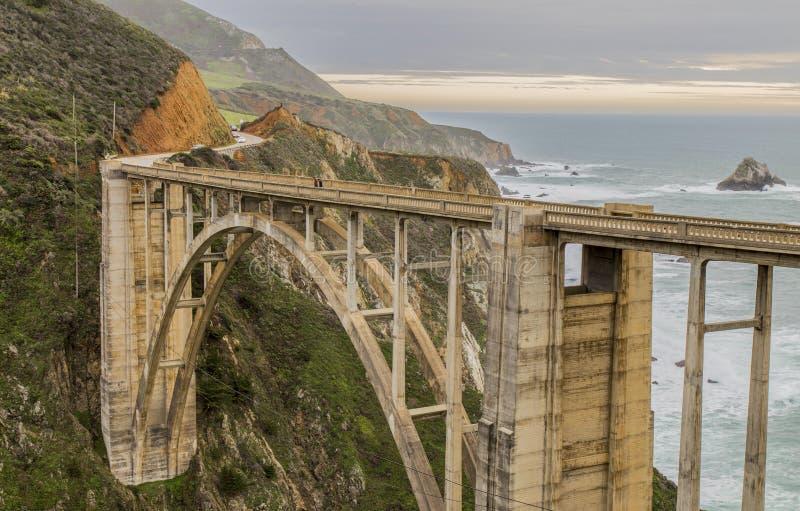 Bro bredvid Stilla havet - berg i bakgrunden - på huvudvägen 1 Kalifornien USA arkivfoton