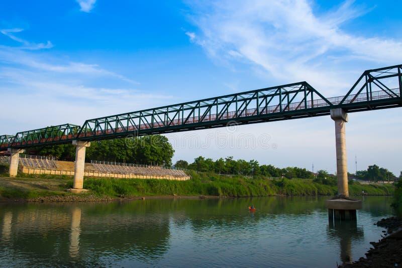 Bro - byggd struktur, j?rnbro - byggd struktur, flod, vatten, Serbien royaltyfri bild