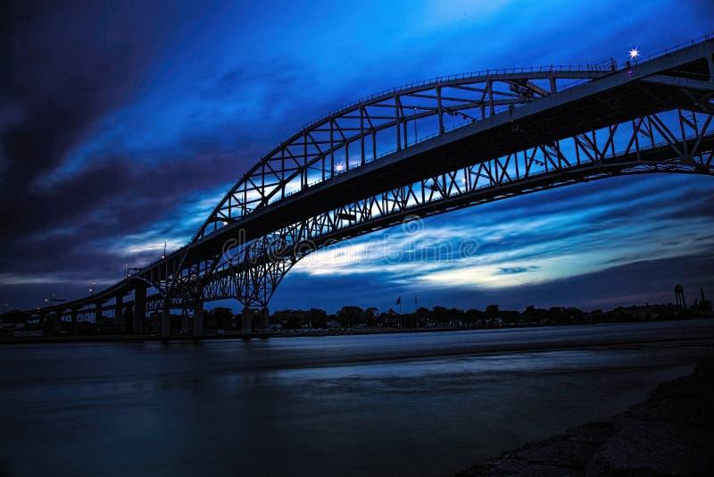 Bro för blått vatten, kontur royaltyfria bilder
