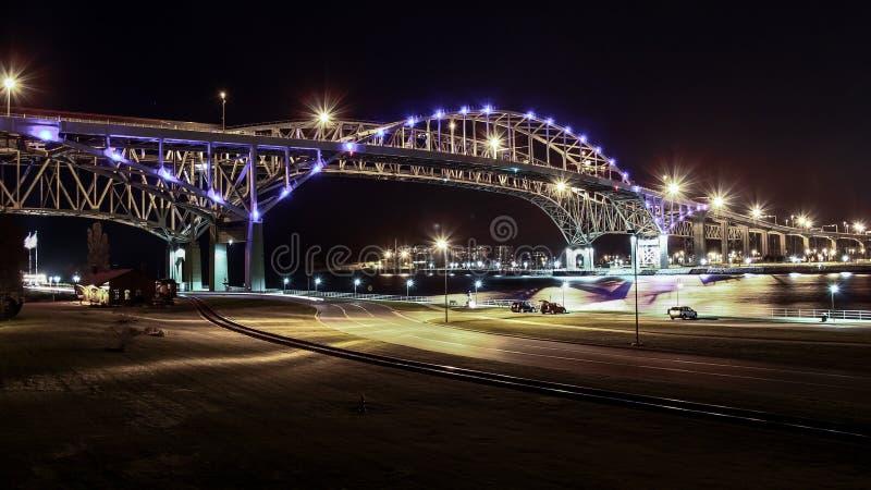 Bro för blått vatten på natten royaltyfria foton