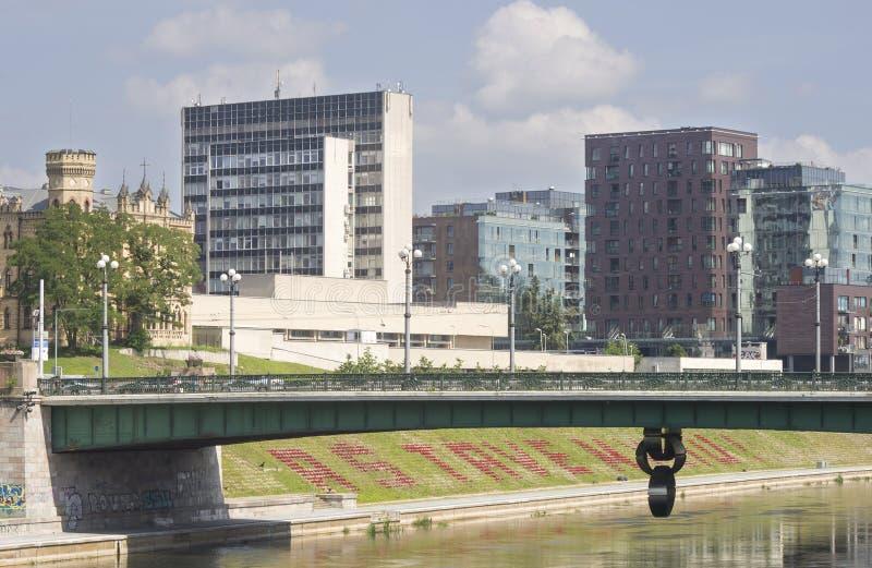 Bro för gräsplan för Vilnius panorama nära över den Neris floden arkivfoto