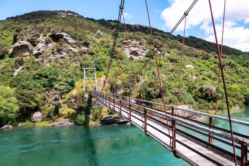 Bro för hästskokrökningupphängning över den Clutha flodMata-Auen, södra ö Nya Zeeland arkivbilder
