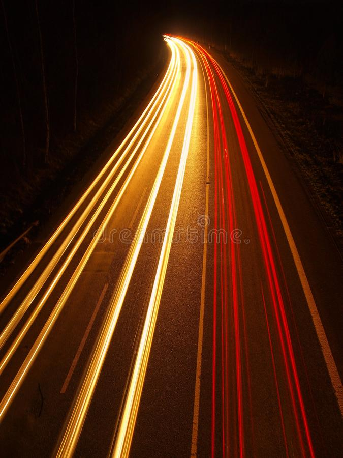 Bro för huvudväg för bröl för billjusslingor. Långt exponeringsfoto. arkivfoton