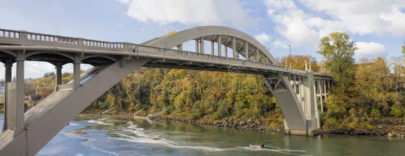 Bro för Oregon stadsbåge över den Willamette floden i nedgång royaltyfria bilder