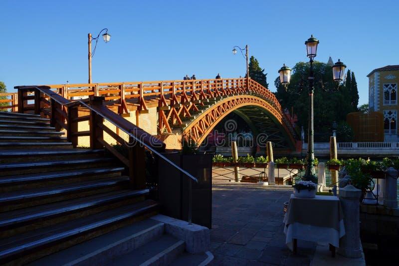 Bro för Ponte dell'Accademia akademi i ottaljuset som ses från kusten av Grand Canal arkivfoto
