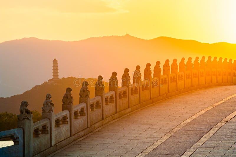 Bro för sjutton hål av sommarslotten på solnedgången royaltyfria foton
