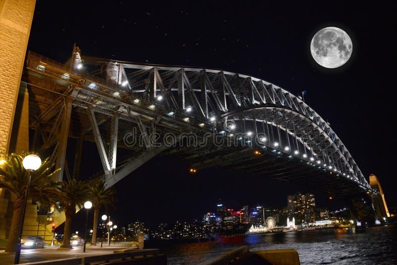 Bro för Sydney hamn Australien på natten royaltyfria foton