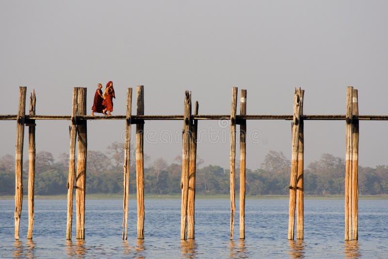 Bro för U Bein i Amarapura i Myanmar arkivfoton